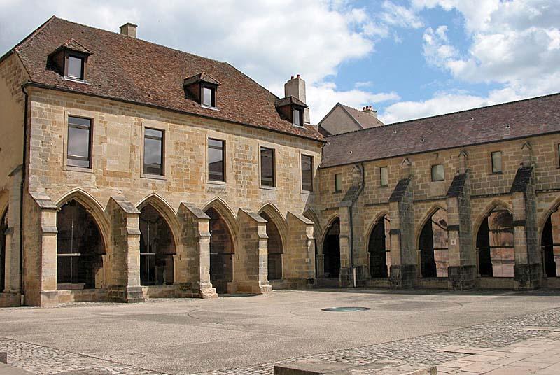 Клуатр кафедрального собора Лангра
