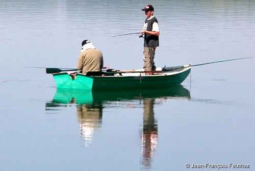 La pêche dhiver de la base touristique sur volge